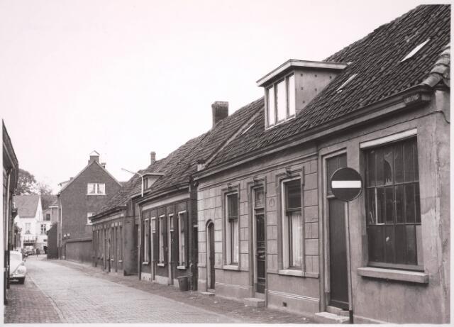 030912 - Schoolstraat. Ingang Band- en Veterfabriek A.J. van Luyk & Zn.  Het pand achter het verkeersbord is de smederij van Raaijmakers.