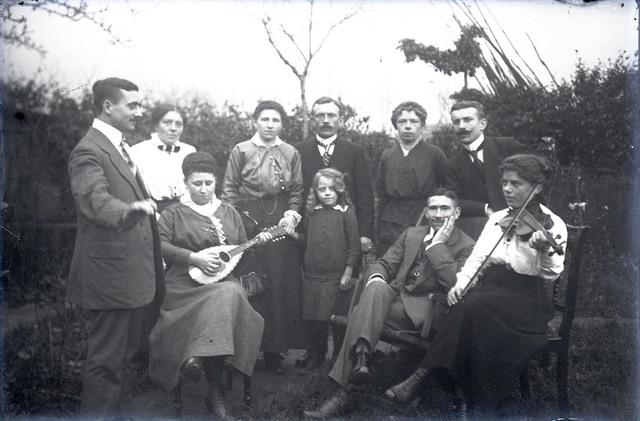 651578 - Groepsfoto. Te zien zijn o.a. een vrouw en viool.  De Bont. 1914-1945.
