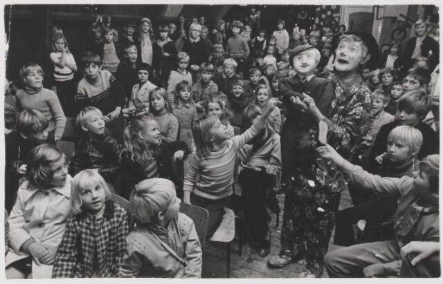 081797 - Rijen S.K.W. Kindermiddag in het K.W.J. gebouw. Buikspreker vermaakt de kinderen