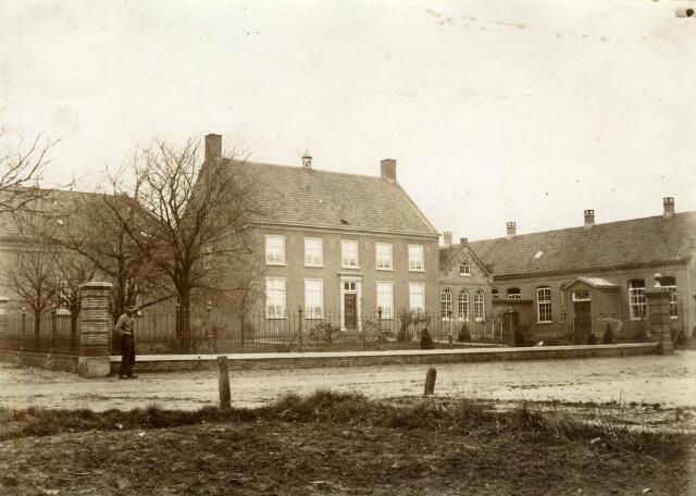 600424 - De voormalige pastorie in de Kreitenmolenstraat gebouwd in 1788, omgebouwd tot klooster en school St. Felix.