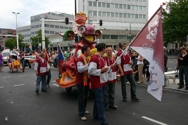 657329 - De T-parade. Een kleurrijke multiculturele optocht door het centrum van Tilburg. De vele culturen van Tilburg worden getoond.