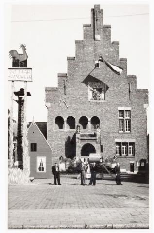 039442 - Volt, Zuid. Hulpafdelingen, Brandweer Waalwijk 50 jaar. Wedstrijd. Enkele leden van de winnende Volt-brandweerploeg poseren voor het stadhuis van Waalwijk op 25 september 1948.