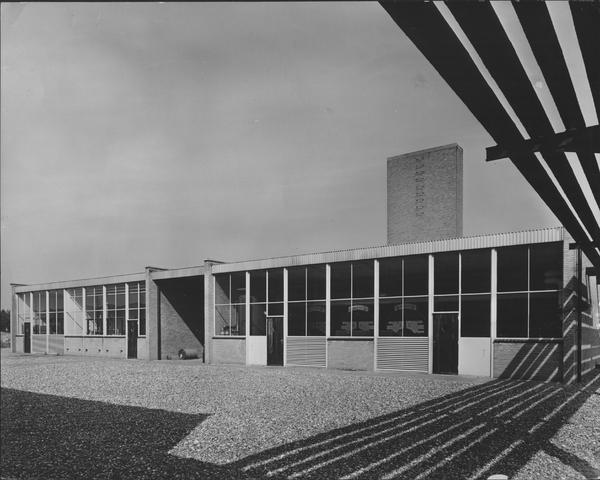 652421 - Nieuwbouw Firma Van Blerk, Tilburg. 1894 - 1974. Het exterior van de fabriek op het industrieterrein De Kraaiven. Het ontwerp was van Jan Robben. De fabriek werd in 1964 in gebruik genomen.