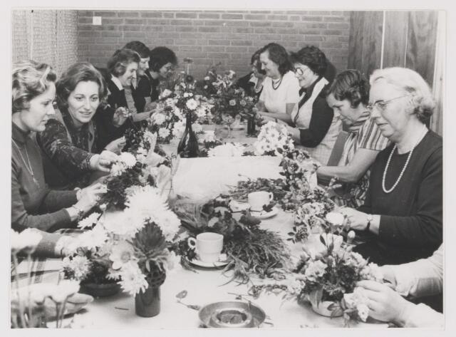 081800 - S.K.W. Sociaal Cultureel Werk Rijen. Cursus bloemschikken in de Boemerang Cultureelcentrum