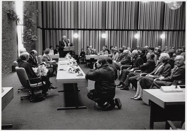101864 - Tentoonstelling van Niel Steenbergen (1911-1997) in het gemeentehuis / stadhuis. Bij deze gelegenheid ontving hij een erepenning van de commissaris van de Koningin mr. F.J. Houben. Burgemeester A. Mater achter de lessenaar.