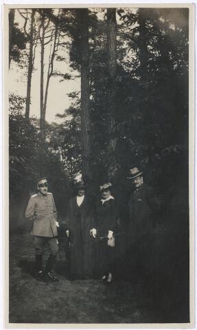 006700 - Familie Brouwers-van Waesberghe in een bosomgeving.