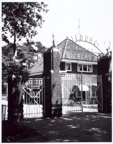016265 - Dierentuin. Ingang van het dierenpark aan de Bredaseweg. Oorspronkelijk heette het Burgers Dierenpark en werd later overgenomen door de firma Van Dijk. In augustus 1973 weren de poorten gesloten