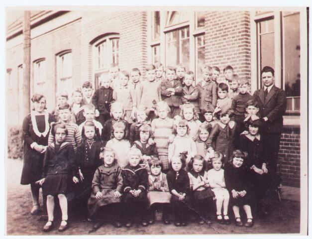 063763 - Basisonderwijs. Klassenfoto met meester Groenland en juffrouw Kuiken in 1933 te Enschot; zittend onderste rij: Mien Denissen (Adr. dt), Mien Vugs (nabij de oude toren), Stien de Bakker, Riet Denissen (Piet dt), Anneke v. Baast (Gerard dt), Bertha Schoonings (Cees dt) en  Bertha Bombay; 2e rij staand: Miet de Rooij, Anneke Denissen (Piet dt), Anneke Wolfs, Corrie Graafmans, Marie Pijnappels, Anneke Schellekens, Riet v. Oosterhout en Maan v. Oosterhout; 3e rij: Jan v. Zeeland, Jongen v. Osch, Corrie Bertens, Corrie Kolsteren, Tonia v. Spaandonk, Tinneke Wolfs, Regina v. Rijsewijk en Tinus de Jong; 3e rij: v. Nieuwburg, Wim Vugs, Jo of Ant v. Osch, Jan v. Esch (Noud Zn), Tijn Schoonings (ant zn), Jan v. Breugel, Frans .v. Breugel, Henk v. Zeeland, Jan Wolfs, Sjef Vugs, Piet Mutsers, Harrie v. Trier, Jo Schilders, Karel Donders, Piet Schoonings (ant zn) Evert v. Rooij, Wim Pijnenburg, enJo Pijnappels verder meester Groenland en juf Kuiken