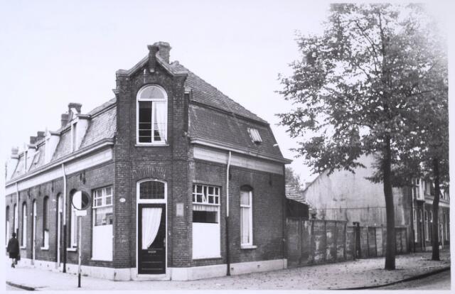 023772 - Pand Koestraat 41, gelegen op de hoek met de Hoefakkerstraat (rechts)
