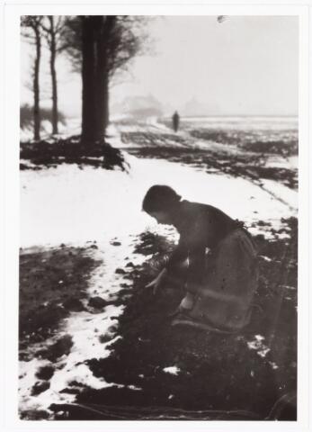 008511 - Meisje dat in de sneeuw sintels of kolen zoekt, afkomstig van een fabriek, gefotografeerd door Henri Berssenbrugge (1873-1959), begin 1900.