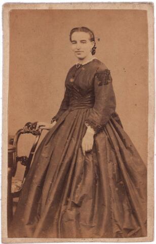 003692 - Waarschijnlijk een van de dochters van fabrikant Nicolaas Lambertus Bogaers (1811-1852) en Rosalia Josephina Martina Diepen (1819-1847).