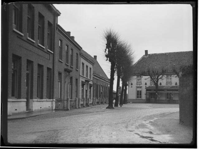 500399 - Singel: dit woord heeft in Baarle niet dezelfde betekenis als de Hollandse Singels of grachten rond een stad. In de Kempen beduidde de Singel gewoonlijk een dorpsplein met daarrond een dubbele rij bomen geplant, die langs een gracht of aarden wal gestaan kunnen hebben.
