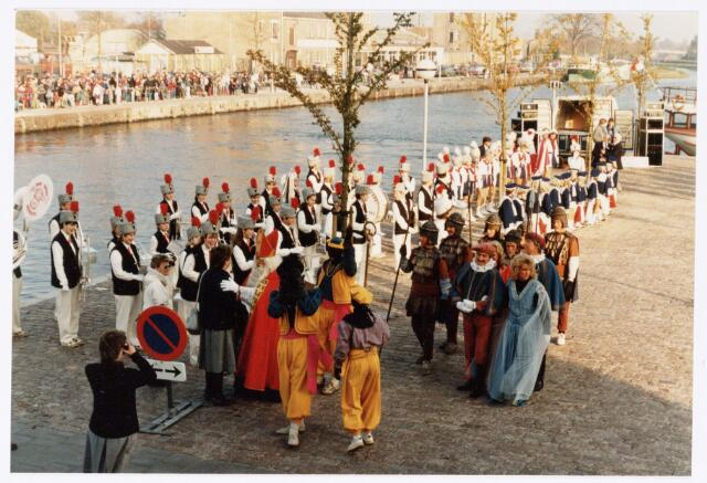 053247 - Intocht van St. Nicolaas op 17 november 1985. foto: aankomst bij Tamboerskade, opstelling majorettencorps en verwelkoming van Sinterklaas.