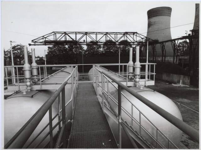 025231 - Gastanks op het tererein van de gasfabriek aan de Lange Nieuwstraat