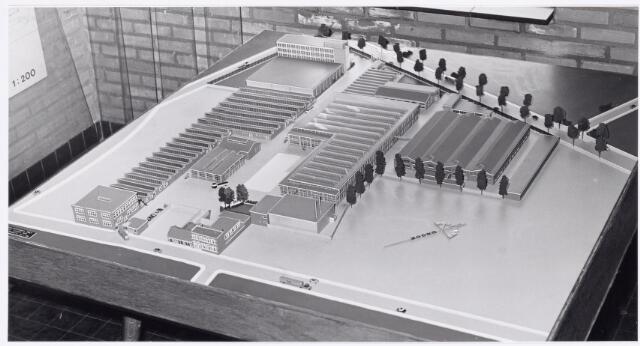 """039163 - Volt, Algemeen,  Maquette van Voltcomplex Zuid. Situatie van rond 1965. De oorspronkelijke maquette is gemaakt ter gelegenheid van de Nijverheids- en Industrietentoonstelling """"Hart van Brabant"""" in 1959 gehouden in het Leijpark. (zie Volt Contact van juli 1959) Deze foto toont een latere uitbreiding met o.a. het nieuwe ketelhuis gebouw AK (midden voorgrond) en het nieuwe hoofdkantoor links bovenaan beide uit 1961. Foto gezien vanuit Voltstraat."""
