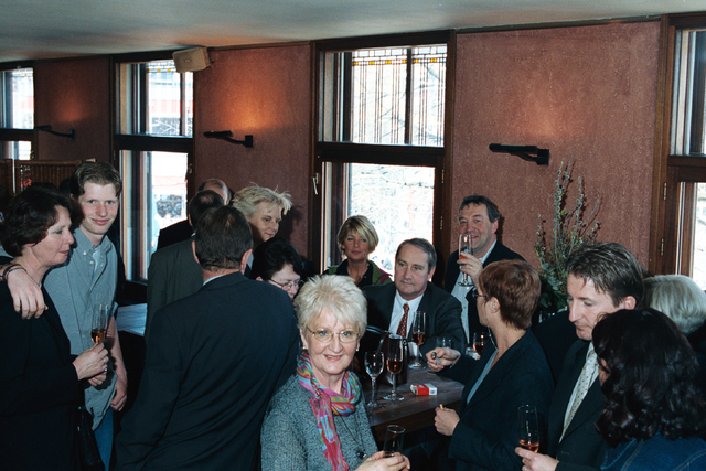 1237_002_202_023 - Een feestelijke bijeenkomst. Verkeersschool Tilburg ontvangt het certificaat van goedkeuring in april 2000.