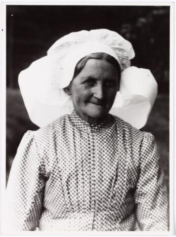 008536 - Johanna de Ruijter-Halters geboren Loon op Zand 5 maart 1845 en overleden aldaar op 7 december 1921, de bode van Loon op Zand naar Tilburg, gefotografeerd door Henri Berssenbrugge (1873-1959) begin 1900. Zij draagt vermoedelijk een Berlicumse muts.