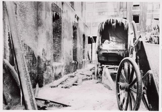 035201 - Brand: Op 25 januari 1933 is het meelfabriek van Van Loon Meelfabriek aan de Willem IIstraat geheel afgebrand:  De karren op de binnenplaats kwamen vol ijspegels te hangen omdat het tijdens het spuiten vroor.