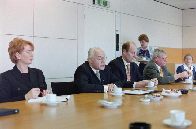 1237_001_046-1_003 - Zorg. Een vergadering van de Stichting Pensioenfonds van Fysiotherapeuten in maart 1998.