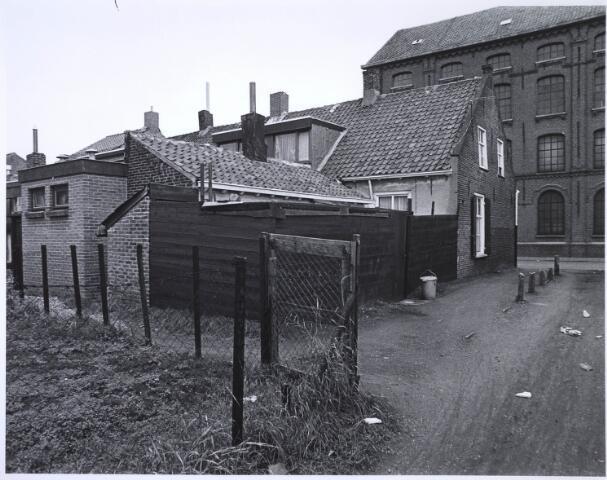 023477 - Achterzijde van het pand Kapelstraat 59 in november 1975, met op de achtergrond een deel van cartonnagebedrijf Van Opstal
