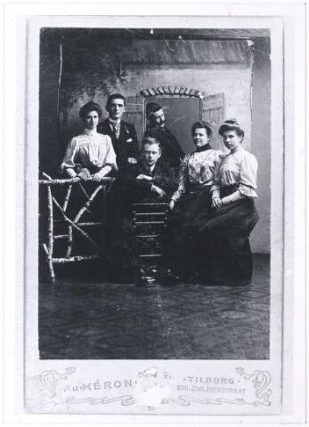 005405 - In het midden, zittend: Henricus Abraham PETERS (Tilburg 1884), koperslager, die in 1911 trouwde met Cornelia Maria BROERS, naaister (Tilburg 1883 - Hulten 1961), tweede van rechts. Zij werden de ouders van frater Caesario Peters (1911-1993), bekend archivaris van de fraters van Tilburg. Op de foto moet ook staan: Aug. de LAAT.