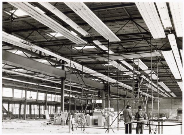 039195 - Volt. Noord. Algemeen, Gebouwen, Nieuwbouw. Bouwaktiviteiten in hal ND t.b.v. de Gereedschapmakerij in 1964.