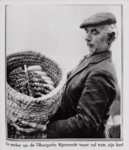 040736 - Bijenmarkt op het Gemeentelijk Sportpark. Jan Weytmans geboren 1868 te Berkel-Enschot, rietdekker, overleden 1962 te Udenhout. Hij woonde aan de Berkelseweg aldaar.