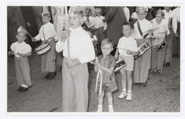 """039100 - Volt. Jubileum. Op 12 juni 1954 vierde de directeur van Volt Ir. J. Kipperman zijn 25-jarig jubileum. 't Hermenieke """"Veul geweld vur 'n bietje geld"""" (afkomstig uit de D 'Hamalestraat/ Merodeplein) gaf acte de presence. Later groeide dit """"Hermenieke"""" uit tot de jeugd drumband """"De Tirolers"""". Bron: Volt Contact juni 1954."""