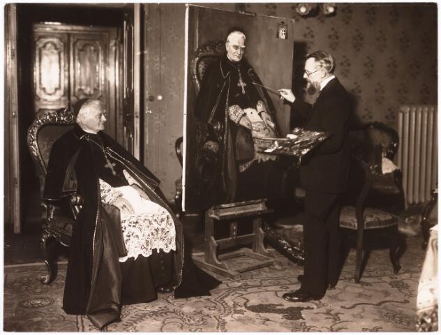 006766 - Jan van Delft (1879-1952).  Jan van Delft en zijn broer Theo volgden in de sporen van hun vader, die huis-en decoratieschilder was en directeur van de Tekenschool te Waalwijk. Met dit verschil dat zij meer vrije kunstenaars werden. Jan van Delft heeft als portrettist vele Brabantse notabelen-industrielen, wetenschappers, magistraten en geestelijken geschilderd. Op deze foto wordt kardinaal van Rossum vereeuwigd.