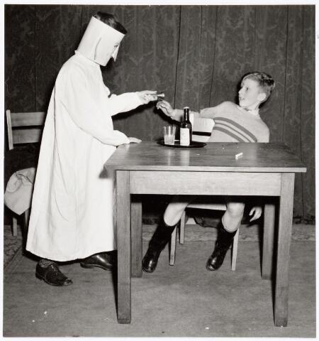 """039351 - Volt. Zuid. Hulp-Afdelingen, Sociale Zaken, Zorg. Ontspanning. Vertelmiddag van Mw. Pim Siegers op 24 februari 1951. Hier wordt opgevoerd het toneelstukje """"Het spook van de dood"""" door Hein en Jan Eekelaar."""
