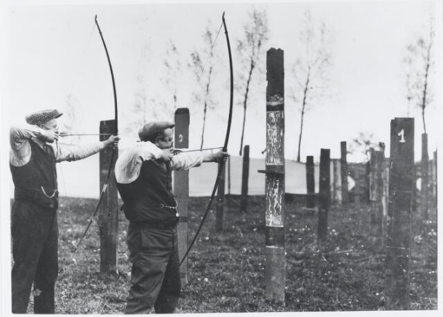 055741 - Sport. Leden van de handboogvereniging Amicitia in actie, foto 1930.