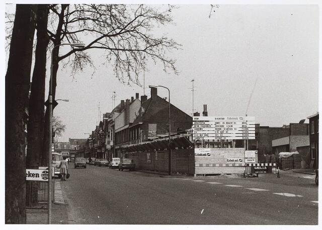 024684 - Korvelseweg anno 1974. Op de hoek met de Nieuwstraat is men begonnen met de bouw van de RABO-bank