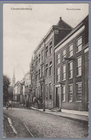 """058177 - Deze twee monumentale gevels sluiten eigenlijk de Markt af van de Dordtsestraat, beide panden zijn aan de Dordtsestraat gelegen. Rechts zien we de """"Fermerie"""", het militair hospitaal. Links het pand met de trapjes eigenlijk twee samengevoegde brouwerijen, """"De Bel""""  en """"Het Anker""""  genaamd, van Thomas Schattelijn, later gebruikt als kazerne, jeugdherberg, ambachtschool, belastingkantoor, gemeenschapshuis en opslagrui9mte."""