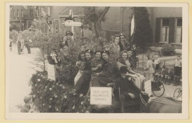 """080867 - WOII; WO2; Bevrijding Udenhout 1945. De optocht  """"Onze arme Hollandsche  jongens"""". """"Onder de lantaarn""""."""