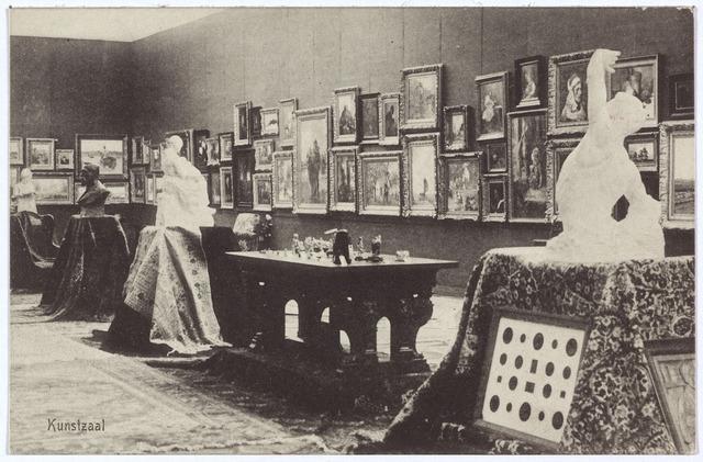 003321 - Kunstzaal op de Internationale Tentoonstelling van Nijverheid, Handel en Kunst te Tilburg. De commisie van de afdeling kunst bestond uit de volgende leden: dr. B. Daamen voorzitter, P.H. Roessingh secretaris, mr. A.C.B. Arts, Jules Huer en Jules Damen.