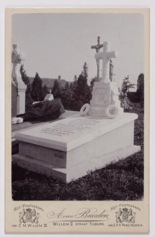 043976 - Grafmonument van leerlooier Cornelis Ackermans op het kerkhof aan de Goirkestraat. Ackermans werd geboren te Tilburg op 1 junl 1825 en overleed aldaar op 9 september 1986. Hij trouwde Anna Catharina van de Pas geboren te Tilburg op 26 februari 1835 en overleden te Tilburg op 3 maart 1873. In dit graf liggen ook hun kinderen Anna Maria Dijmphna Ackermans en Hubertus Leonardus Ackermans. De familie Ackermans woonde aan de Veldhoven. Het monument werd vervaardigd door steenhouwer Barette. Onder het kruis de sybolen van geloof, hoop en liefde.