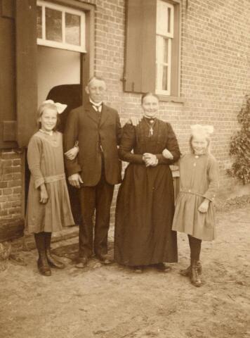 600862 - Tina, Frans, Maria en Betje de Bresser bij hun boerderij op de Molenstraat  Kasteel Loon op Zand. Families Verheyen, Kolfschoten en Van Stratum