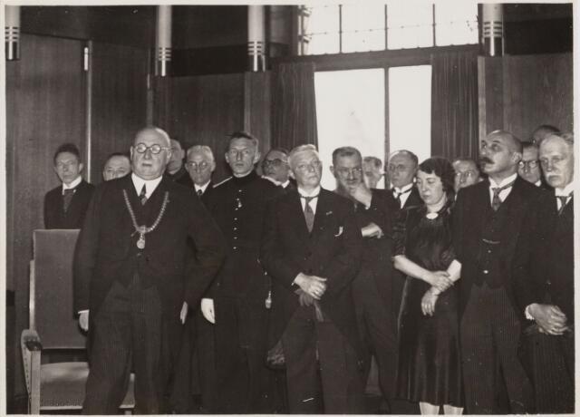 103417 - Afscheid van burgemeester mr. dr. F.L.G.Z.M. Vonk de Both op zaterdag 18 november 1939. vlnr: D. Commandeur (verpleger/administrateur van de G.G.D.), N.F. van Roessel (gem. ontvanger), mr. dr. Vonk de Both (burgemeester), H.E. Vereijcken (hoofd agent van politie) J.J. Haarselhorst (dir. Bouw- en woningtoezicht), B. van der Werf (hoofdinspecteur van politie) L.J.F. Von Mauw (ambtenaar secretarie afd. controle), P.A.M. Preusting (commissaris van politie), L. Esbach (met baard)(commandant van de brandweer), H.J.C. van Loon (ambtenaar secretarie 1e afd.), F. Broers (ambtenaar burgerlijke stand), mej. M.A.C. van Bommel (typiste afdd. bevolking), A.J.C. van de Waarden (ambtenaar secretarie afd. bevolking), dr. J.J.M. Gimbrére (directeur gem. geneeskundige dienst) B.J.J.M. Deller (ambt. burgerlijke stand), dr. G.L.J. Gooren (directeur van het gemeente slachthuis).