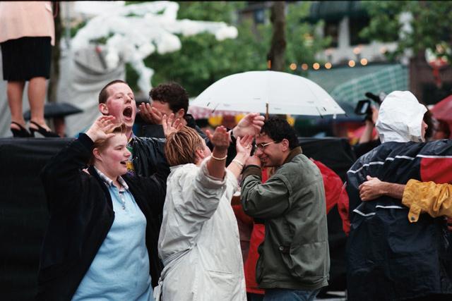 1237_010_768_022 - Festival levenslied 1998  Feest in de regen.