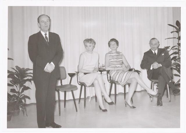 039284 - Volt. Zuid. Directie, Management, Receptie. Directie wisseling op woensdag 1 april 1970 met v.l.n.r.: Ir. A v.d. Bos, mevr. v.d. Bos, mevr. v. Alphen en de scheidende directeur Ir. G.W.v. Alphen.
