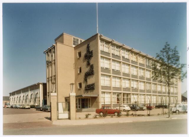 039132 - Volt. Zuid. Gebouwen.  Het nieuwe hoofdkantoor van Volt aan de Groenstraat 139, gereedgekomen in 1961.  Aan de gevel het kunstwerk van Jacques van Rhijn. Dit was het geschenk van het personeel vanwege het 50-jarig bestaan van Volt in 1959. Het beeldt de geschiedenis van Volt uit van 1909 tot en met 1959.