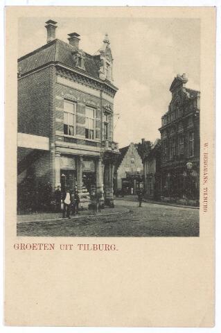 001190 - Heuvelstraat voorheen de Zomerstraat. Op de voorgrond links het hoekhuis Heuvelstraat-Oude Markt. Daar woonde koperslager Broeckx. Op de achtergrond het huis 'de Oude Ster' op de hoek van de Nieuwlandstraat, gebouwd in 1624 en gesloopt in 1914.
