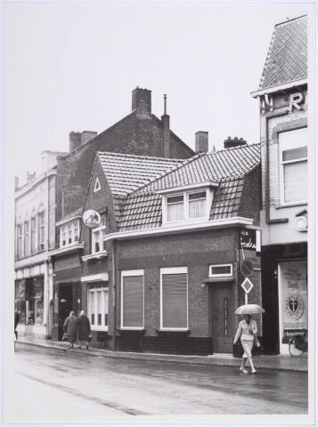 014242 - Pand St.-Annaplein 14 - 15, vlakbij het Onze Lieve Vrouwplein. Rechts een gedeelte van de voorgevel van woninginrichting Koppelmans