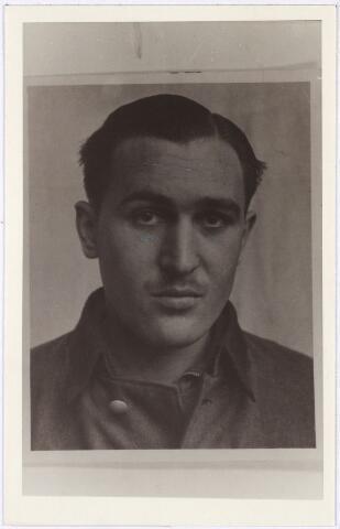013686 - WO2 ; WOII ; Tweede Wereldoorlog. Verzet. Michaël Rotschopf, geboren op 13 december 1920 in het Oostenrijkse Buntschuh en woonachtig in Salzburg. Hij was unterscharführer bij de Sicherheitspolizei en betrokken bij de moord op drie geallieerde piloten bij Coba Pulskens in de Diepenstraat. In september 1946 werd hij door een Engels gerecht in Duitsland veroordeeld tot de doodstraf en opgehangen