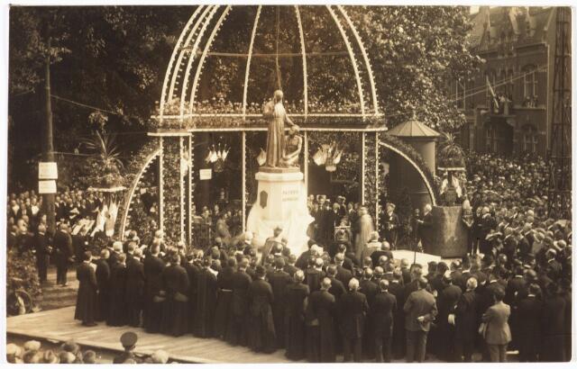 008943 - Plechtige onthulling van het Petrus Donders monument aan het Wilhelminapark.