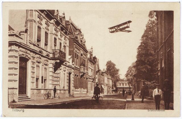 002578 - Stationsstraat richting station. In de lucht een dubbeldekker. Links het pand M 1085, vanaf 1910 Stationstraat nr. 21 en 19. Rond 1900 werd het pand bewoond door wijnhandelaar Oscar C.H. Diepen, kassier J.G.A. Diepen en L.N. Daamen, agent van de 'Amsterdamsche Credietvereeniging'. In 1918 is er sprake van de Bankassociatie v/h 'Credietvereeniging Tilburg' en de 'Credietvereeniging Amsterdam'. In 1925 kreeg het pand een huisnummer: Stationsstraat 19. Het bood toen huisvesting aan de 'Bank Associatie en Credietvereeniging Wertheim en Gompertsz. Na de Tweede Wereldoorlog zat er het bureau van de provinviale voedselcommissaris voor de provincie Noord-Brabant. In 1948 vestigde mr. Th. Taminiau er het advocatenkantoor Th. Taminiau, J.W. Taminiau en C.E.A.M. van de Mortel. Rechts van dit pand nr. M1086, vanaf 1910 Stationsstraat 17. De bewoners waren wollenstoffenfabrikant Cornelis Bernardus Janssens, geboren te Tilburg op 31 oktober 1867 en aldaar overleden op 16 juli 1947 en zijn vrouw Mathilde Maria Theresia Minderop geboren te Rotterdam op  16 november  1873 en overleden te Tilburg op 14 december 1956. Janssens was ook lid van het kerkbestuur en ere-voorzitter van de textielschool. Zijn vrouw was presidente van de St. Elisabethvereniging. Beiden waren ook lid van derde orde van de H. Franciscus. In 1958 werd in het pand nr. 17 een filiaal gevestigd van bank firma F. van Lanschot. Het pand bood tevens woonruimte aan kassier W.G.C. Velthuizen. In 1972 zat in het pand Stationsstraat 19, voorheen Taminiau, Stichting Leder Centrum Nederland. Even later is dit pand bij de bank van Van Lanschot getrokken. Het complex huisvest nu  Van Lanschots Bankiers N.V. en Van Lanschot Assurantiën BV.