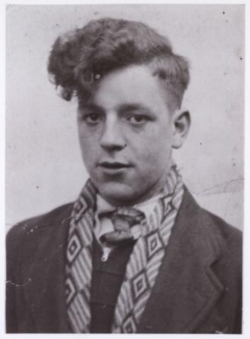 604445 - Tweede Wereldoorlog. Oorlogsslachtoffers. Cornelis Johannes Picokrie; werd geboren op 16 december 1924 in Tilburg en overleed op 25 april 1945 in Hedel.  In de nacht van 24 op 25 april staken onderdelen van de Irene Brigade de Maas over bij Hedel en vestigden er een bruggenhoofd. Maar omdat de daaropvolgende opmars naar Zaltbommel door de Engelse troepen werd afgelast, werd het bruggenhoofd weer opgeheven. De balans was 12 doden. Cornelis Picokrie was een van de slachtoffers.