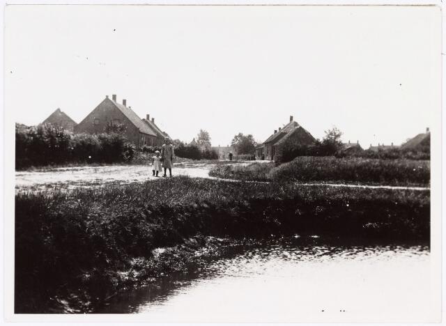008556 - Twee kinderen aan de rand van de brandkuil van de Stokhasselt (thans Leharstraat), gefotografeerd door Henri Berssenbrugge (1873-1959), begin 1900.