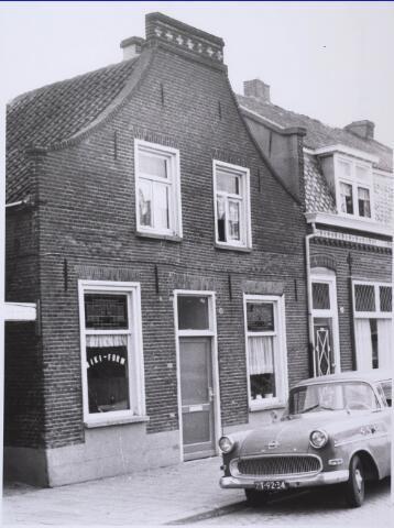 023406 - Pand Julianapark 58 begin september 1967. Hier woonde schoenmaker Louer, die achter het huis een fabriekje had waar hij kinderschoenen vervaardigde. Is inmiddels gesloopt
