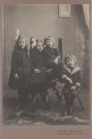 044144 - De kinderen van het echtpaar Auguste M.J.H.R. de Steenhuijsen Piters en Maria J.J. de Beer uit Tilburg. Het echtpaar trouwde te Tilburg op 10 mei 1910. Hij was geneesheer in Druten. De kinderen zijn v.l.n.r. Marie Louise, Mercedes, Emile en Hugo de Steenhuijsen Piters.